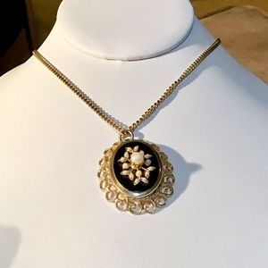 ❇️VINTAGE Gold and  Pearl Necklace